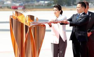 20日、日本に到着し聖火皿に聖火をともす(右から)野村忠宏さん、吉田沙保里さん