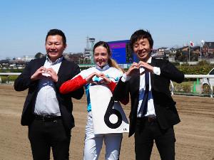 浦和3日目1Rで勝利したミシェルと野口調教師(右)