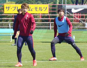 ゲーム形式の練習で汗を流すFW上田(左)とDF町田