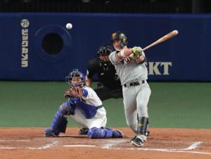 9回2死満塁、代打・小林誠司が中前へ勝ち越しの適時打を放つ(カメラ・竜田 卓)