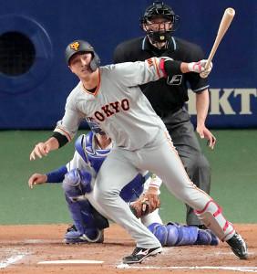 7回1死二塁、左中間へ先制となる適時二塁打を放つ北村拓己(カメラ・竜田 卓)
