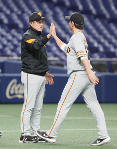 中日に競り勝ち、試合後に小林誠司(右)とハイタッチを交わす原辰徳監督(カメラ・馬場 秀則)