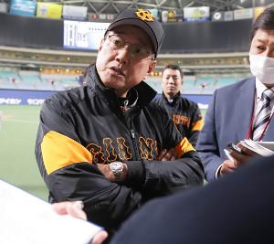 試合後、報道陣の囲み取材に応じる原辰徳監督