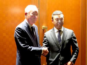 25日、都内で日本ゴルフツアー機構の会長続投が決まった青木功(左)と時松隆光選手会長