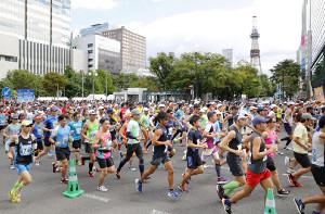 2018年8月の北海道マラソンで札幌市街地を走るランナー