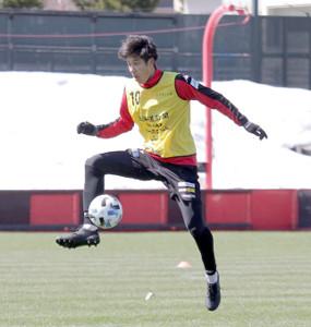 跳び上がってボールを止める札幌DF田中(カメラ・砂田 秀人)