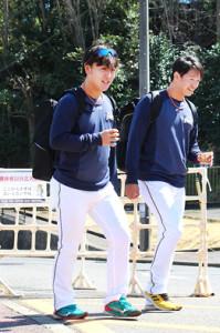 千葉・鎌ケ谷スタジアムで練習を行った日本ハムの河野投手(左)と鈴木健投手