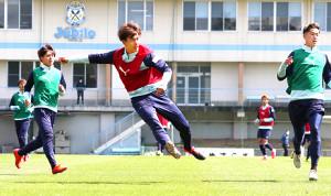 フォーメーション練習でシュートを放つ磐田FW小川航