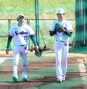 練習の合間に談笑する石川(左)と奥川