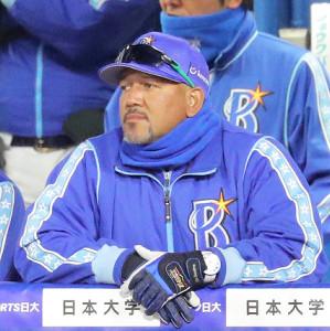 ベンチのラミレス監督 (カメラ・清水 武)