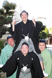 若手力士らに担がれ、笑顔を見せる朝乃山(代表撮影)