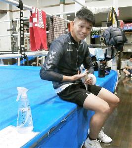自家製の除菌液で消毒し、練習に備えるプロボクシング前日本フライ級王者・中谷潤人