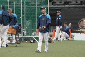 練習に参加し、笑顔を見せる西武・外崎修汰内野手