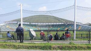 外野席後方にある通路から、ネット越しに観戦する選手の保護者やファンの姿も