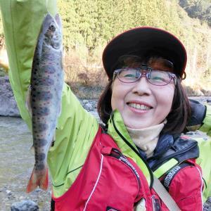 峰松さんが釣り上げた20センチの良型アマゴ。朱点が美しい