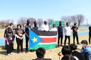 26日、会見を行う群馬県前橋市で五輪事前キャンプ中の南スーダン選手団