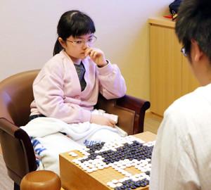 碁聖戦・予選Cで村本渉二段(右)に敗れた仲邑菫初段