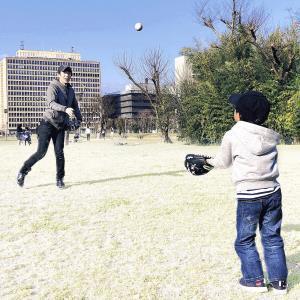 晴天の下、キャッチボールをして長男と遊ぶ清水さん