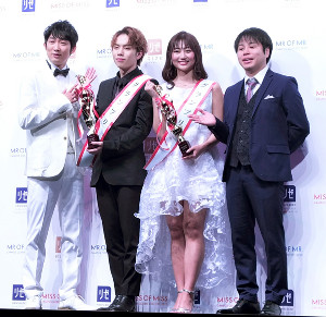 記念撮影に応じる(左から)石田明、一光希さん、西脇萌さん、井上裕介