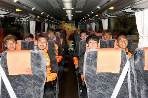 応援バスに乗り込み笑顔の選手たち