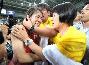 リオ五輪の決勝を戦い終え、母・幸代さん(右)に抱きつき泣き崩れる吉田沙保里。立ち直るきっかけとなったのも母の言葉だった