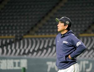 練習を見守る日本ハム・栗山監督