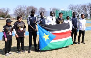 前橋市内の練習拠点で記者会見を行った山本龍市長(右から4人目)と南スーダン選手団
