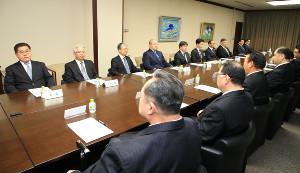 日本相撲協会の理事会に臨む八角理事長(奥列左から4人目=代表撮影)