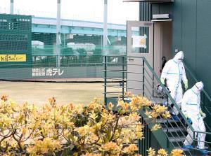防護服を着用した作業員が球団施設を消毒する(カメラ・岩崎 龍一)