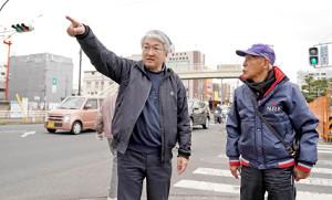 平塚駅近くの旧平塚中継所に並んで立つ黒木さん(左)と夏苅さん