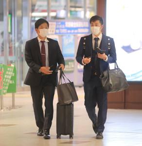 楽天戦後に足早に帰京する池田駿(左)と田原誠次