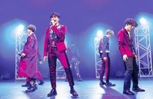 解散ライブを行った「PRIZMAX」の森崎ウィン(左から2人目)