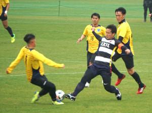 鹿島MF永木に迫る栃木の選手たち