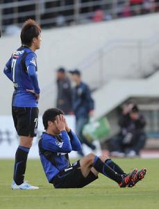 12年11月24日、F東京と引き分けて肩を落とすG大阪・遠藤と悔しがる今野