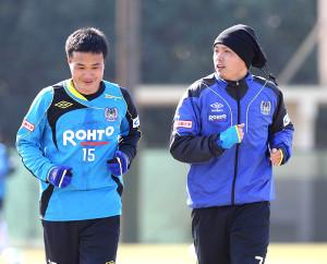 13年1月29日、今野(左)と並んでランニングする遠藤
