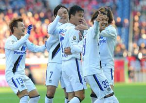 15年のチャンピオンシップ浦和戦、後半2分、G大阪・今野(中央)が先制ゴールを決め、(左から)阿部、遠藤(1人おいて)宇佐美に祝福される