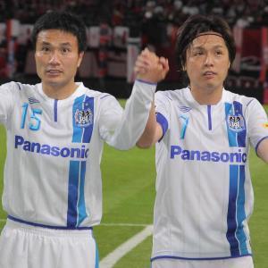 13年03月31日、札幌戦で勝利しサポーターにあいさつをするG大阪・遠藤(右)と今野
