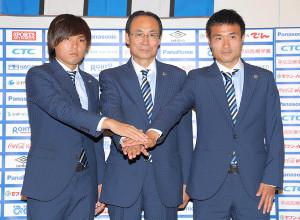 南アフリカW杯メンバー発表でフォトセッションを行う(左から)G大阪・遠藤、野呂社長(当時)、今野