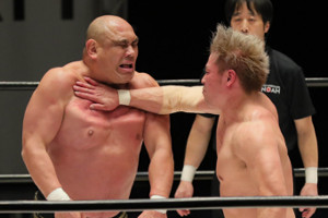 藤田和之(左)にチョップを叩き込む潮崎豪
