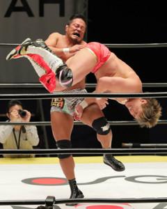 田中稔を蹴り上げる杉浦貴