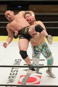 藤田和之(左)を抱え上げる潮崎豪