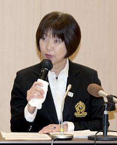記者会見する日本女子プロゴルフ協会の小林浩美会長
