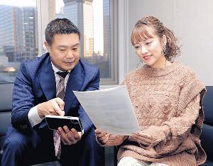 高橋みなみ(右)にVR動画の機能を説明するリクルート広報部の中村太郎氏