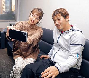 VR動画をスマホで体験する高橋みなみ(左)と菅野浩二
