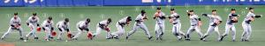 ゴロを捕球し、一塁へ送球する三塁手・岡本(連続合成写真)