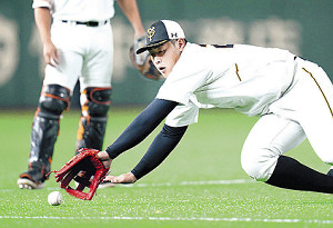 ノックで三塁線の打球に飛びつく岡本