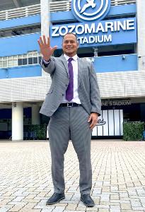 ZOZOマリンスタジアムの前で「突ッパ」のポーズをするフローレス投手