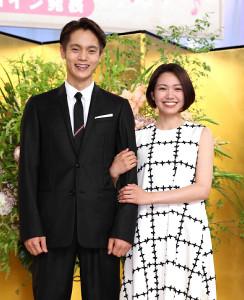 二階堂ふみ(右)と主人公を演じる窪田正孝