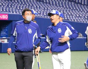 球団スタッフと話す与田監督(右)