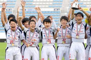16年のJリーグユース選手権で優勝を果たし喜ぶ久保(前列中央)らF東京イレブン